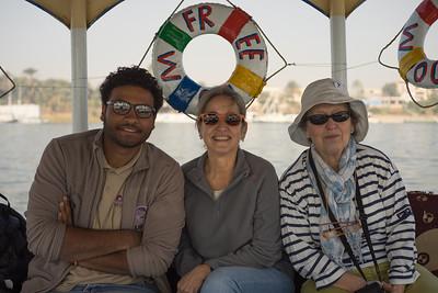 Hazem, Celia y Maky camino de Karnak