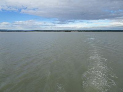 Mogöttünk a nyugati part, középen Meggyes, balra Fertőrákos