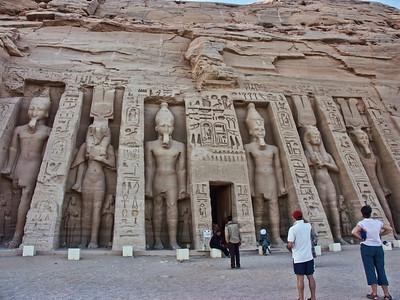 abu-simbel-statues-4