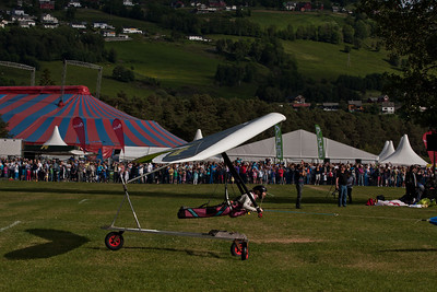 Foto: Terje Nesthus. Jon Gjerde in his Amnesty-hangglider under the festival opening show