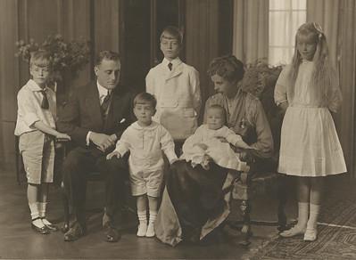 The Roosevelt family in 1916 (L‐R): Elliott, FDR, Franklin, Jr., James, John, Eleanor Roosevelt, Anna. Franklin D. Roosevelt Library Archives