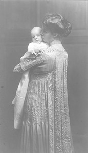 Eleanor with daughter Anna as baby in Hyde Park, New York 1906. Franklin D. Roosevelt Library archives