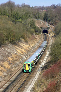 377215 forms 1O48 1011 Watford Junction-Brighton at the southern portal of Quarry Tunnel on 23/03/2006.