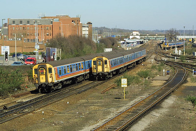 Class 411/5 4-CEP, 1519 heads north as Class 423/1 4-VEP, 2322 heads south at Eastleigh on 14/03/2003.