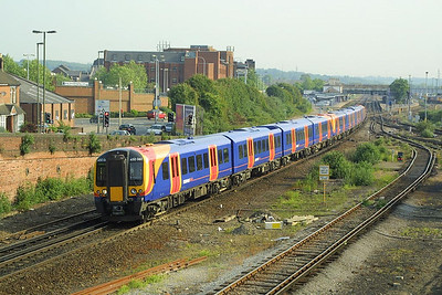 Desiro's 450061+450003 pass Eastleigh on 28/05/2004 with a London Waterloo-Southampton Central service.