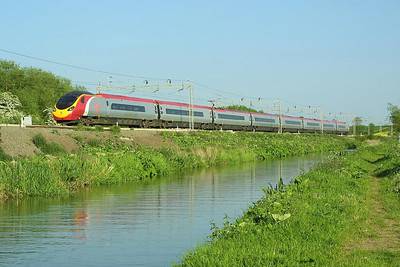 390023 forms 1F21 1700 London Euston-Liverpool Lime Street seen running alongside the Oxford Canal at Ansty on 18/05/2004.