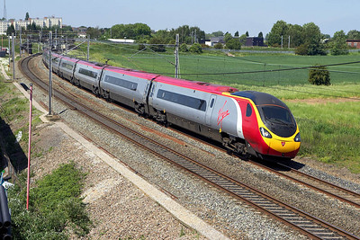 390020 speeds through Lichfield Trent Valley on 09/06/2006 forming 1A47 1115 Liverpool Lime Street-London Euston.