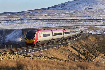 390043 is dragged across Blea Moor and onto Ribblehead viaduct whilst forming 1M18 1349 Glasgow Central-London Euston on 04/03/2006.