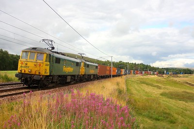 86607+86628 at Abington on the 4M74 Coatbridge to Crewe Basford Hall freightliner 10th August 2011