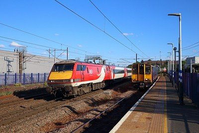 91105 on the 1D26 1803 London Kings Cross to Skipton and 313122+313046 on the 2F26 1750 Moorgate to Watton-at-Stone at Hornsey on the 6th June 2019