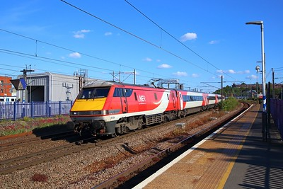 91104 on the 1D25 1748 London Kings Cross to Leeds at Hornsey on the 6th June 2019