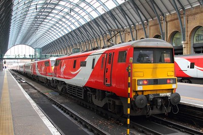91107 blunt end working 1E06 Glasgow Central (from Edinburgh) to London Kings Cross at Kings Cross on the 24th November 2017 3