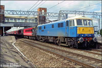 86233 'Alstom Heritage' stands at Nuneaton after arriving with 1V84 1003 Glasgow Central-Penzance on 18/08/2002. The loco is awaiting detaching in order that 47840+47847 can be attached to the other end of the train and work forward to Penzance.
