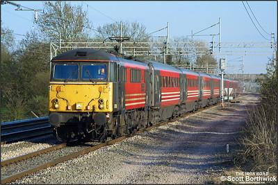 87016 'Willesden Intercity Depot' powers 1S86 1630 London Euston-Glasgow Central at Cathiron on 08/04/2003.