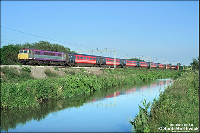 87002 runs alongside the Oxford Canal at Ansty with 1S90 1730 London Euston-Glasgow Central on 07/06/2004.
