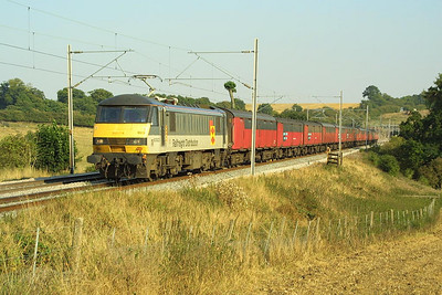 90023 speeds northwards on 4/9/2003 with 1S96 1600 Willesden PRDC-Shieldmuir RMT mail train. It is seen here at Weedon soon after emerging from Stowe tunnel with its 12 van train.
