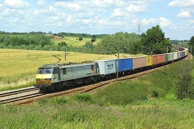 90045 passes Brantham on 06/07/2004 whilst working 4M87 1249 Ipswich Yard-Trafford Park.