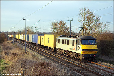 In the last dregs of light, 90047 passes Long Buckby with 4L92 1403 Ditton-Felixstowe South FLT on 16/03/2009.
