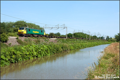 It's a 'one box' load for 90016 working 4M87 0848 Felixstowe North FLT-Crewe Basford Hall passing Ansty on 01/07/2006.