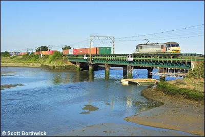 90049 crosses River Stour Viaduct, Manningtree with 4S88 1825 Ipswich Yard-Coatbridge FLT on 06/07/2004.