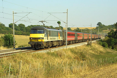 90021 was on hire to Virgin West Coast on 4/9/2003 and it is pictured at Weedon whilst working 1H22 1555 London Euston-Manchester Piccadilly.