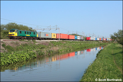 90016 runs alongside the Oxford Canal at Ansty whilst working 4M87 1141 Felixstowe North FLT-Trafford Park on 11/05/2006.