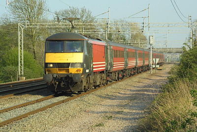 90007 heads 1H16 1620 London Euston-Manchester Piccadilly at Cathiron on 19/04/2002.