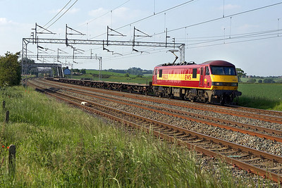 90028 is in charge of 6L48 1449 Garston-Dagenham passing Grendon on 08/06/2006.