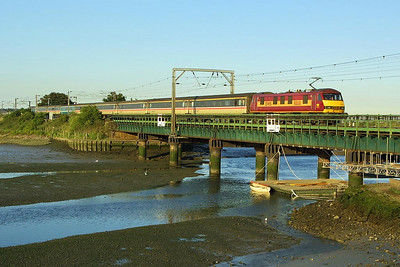 90018 crosses Manningtree Viaduct with 1P61 1900 Norwich-London Liverpool Street on 06/07/2004.