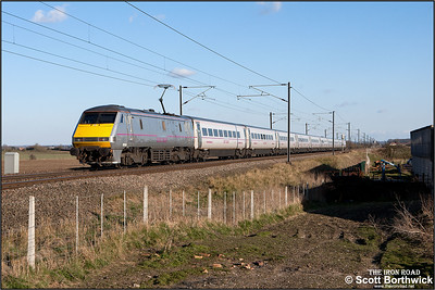 91106 passes Broad Fen Lane, Claypole whilst propelling 1E18 1400 Edinburgh Waverley-London King's Cross on 03/04/2013.