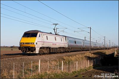 91122 passes Broad Fen Lane, Claypole whilst working 1D23 1703 London King's Cross-Leeds on 03/04/2013.