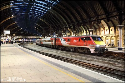 91126 calls at York with 1S19 1330 London Kings Cross-Edinburgh on 05/12/2019.