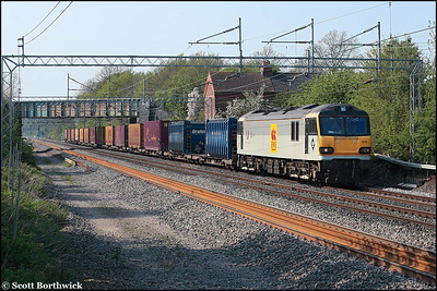 92016 provides the traction for 4O69 1401 Trafford Park-Dollands Moor on 10/05/2006. The train would continue through the Channel Tunnel to Muizen, Germany.