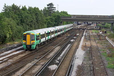 377407+377141 work a northbound ECS at Gatwick Airport on 20/06/2005.