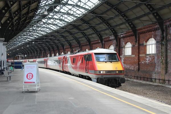 91104 arrives at Darlington on 1S13 1100 London Kings Cross - Edinburgh Waverley. 20.05.18