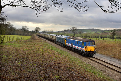 73129+24081 approach Dixton cutting with the 1315 Cheltenham Racecourse-Toddington service on 27/12/2005.