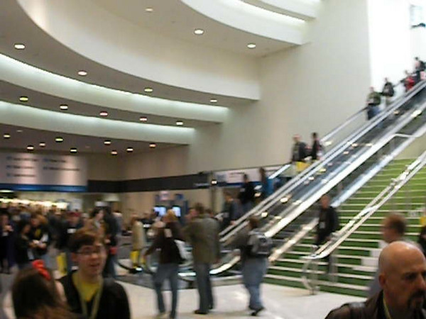 Video of the crowd awaiting the opening of Macworld 2009.