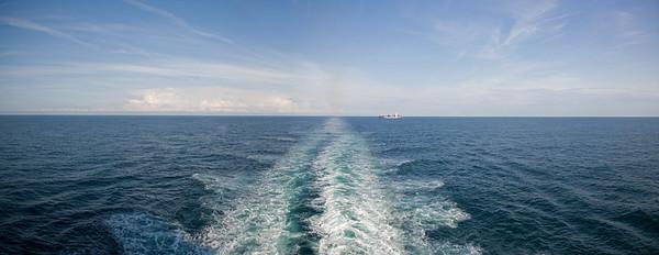 20.07.2011, Niederlande, auf der Nordsee zwischen IJmuiden und Newcastle. Die -Hecksee- der DFDS- Autofaehre. Panoramaaufnahme.
