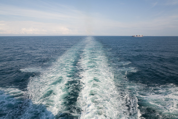 20.07.2011, Niederlande, auf der Nordsee zwischen IJmuiden und Newcastle. Die -Hecksee- der DFDS- Autofaehre.