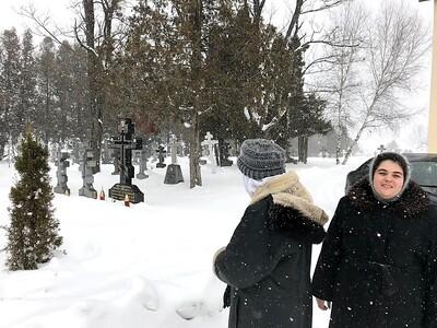 На монастырском кладбище могила брата Иосифа Муньоса, хранителя чудотворной иконы Божией Матери Иверской.