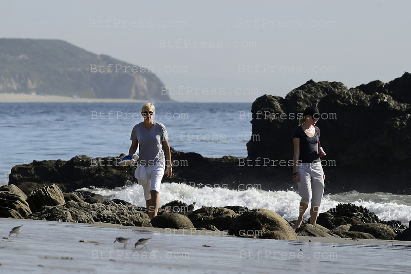 EXCLUSIVE_-_ First walk on the beach for Ellen DeGeneres and her wife Portia De Rossi since they bought Brad Pitt's house in Malibu. (FRANCE only)