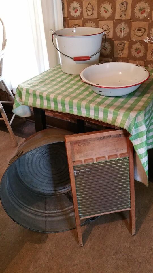Enamelled kitchen ware