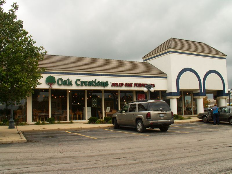 Oak Creations at International Plaza, 318 E. Golf Road, Arlington Heights, Illinois.  This store decided not to renew their lease and as of 12/2/2006 this location is vacant.   (09/25/2005)