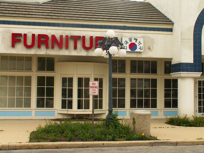 Closed and empty furniture store at International Plaza, 318 E. Golf Road, Arlington Heights, Illinois.   (09/25/2005)