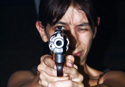 Regina Galindo en Plomo (clases para aprender a disparar todo tipo de armas) (2006)