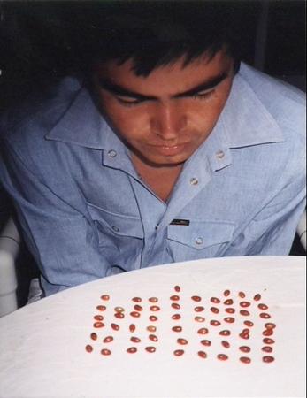 9. Wilson Díaz. Vientre alquilado, fotografía-acción, Watamula Artist Workshop, Cali-Curazao, 2000.