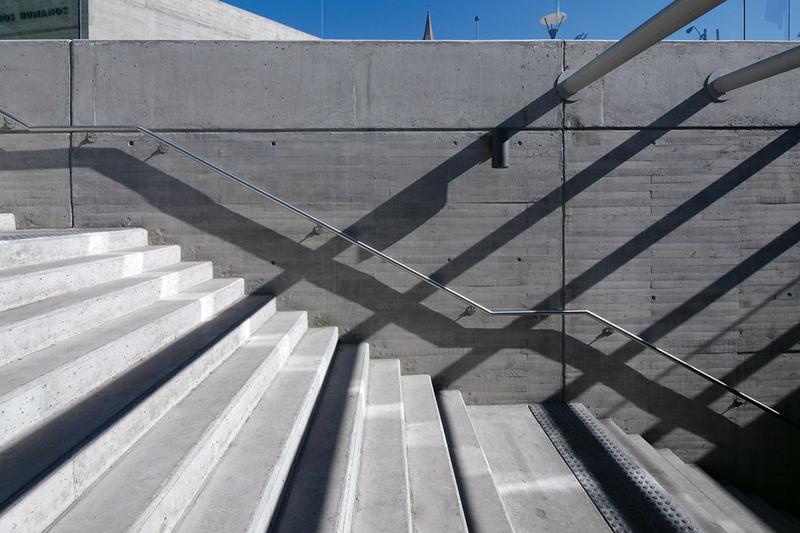 Visitors descend into the contemplation chamber of La geometría de la conciencia (The Geometry of Consciousness). (Courtesy Alfredo Jaar Studio)