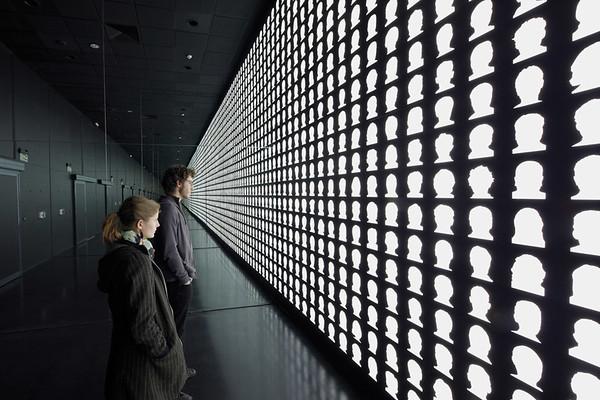 Lateral view of the wall of reflection in La geometría de la conciencia (The Geometry of Consciousness). (Courtesy Alfredo Jaar Studio)