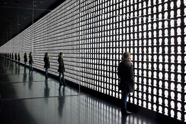 La geometría de la conciencia (The Geometry of Consciousness) aims to create a space of reflection and contemplation for considering the enduring legacies of Chile's dictatorial history on past, present, and future generations. (Courtesy Alfredo Jaar Studio)