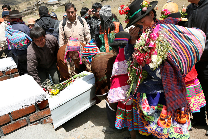 """Bajo el lema """"Justicia y solidaridad para Putis, un entierro digno"""" se realizó el entierro de las víctimas. / The burial of the victims was carried out under the slogan """"justice and solidarity for Putis, an honorable burial."""" foto: Marina García Burgos"""